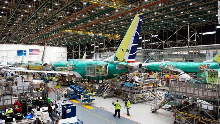 米ワシントン州にあるボーイングのレントン工場で737MAXの製造にあたる従業員ら/Jason Redmond/Getty Images
