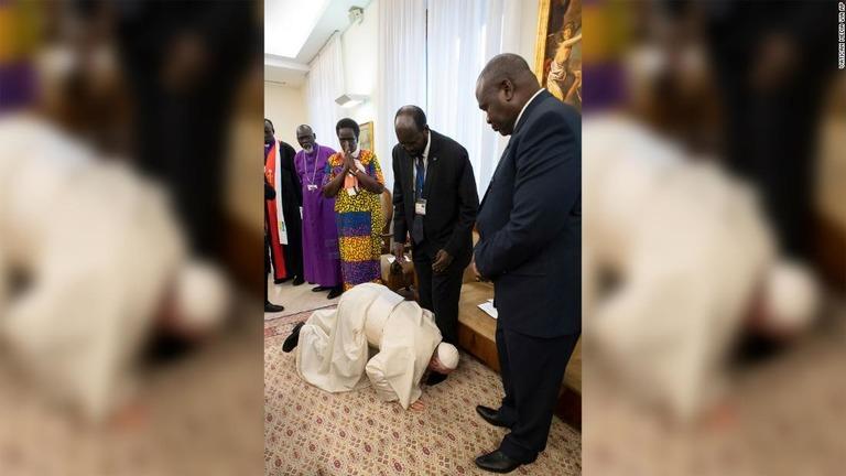 ローマ法王が靴にキス、南スーダンの和平交渉めぐり