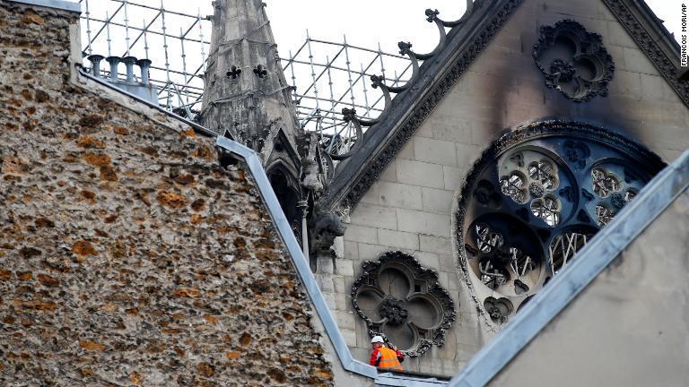 外壁に残る火事の痕/Francois Mori/AP
