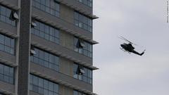 スリランカ空軍のヘリが武装勢力の潜伏拠点とみられる住宅の上空を飛んでいる