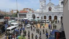 スリランカ軍の要員が聖アンソニー教会の前で警戒に当たる様子