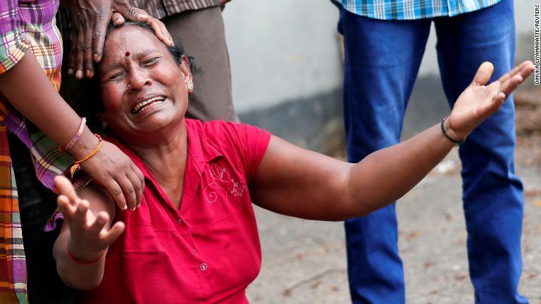聖アンソニー教会で爆発があった後、涙を流す女性=21日、コロンボ/Dinuka Liyanawatte/Reuters
