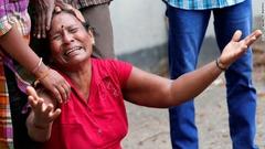 聖アンソニー教会で爆発があった後、涙を流す女性=21日、コロンボ