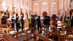 治安当局者が聖セバスチャン教会の爆発現場を歩く様子=ネゴンボ