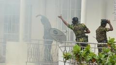 スリランカ特殊部隊の人員が住宅の強制捜索を行う様子=コロンボ