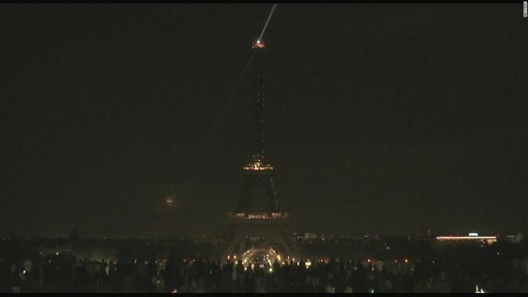 スリランカでの犠牲者を悼んでエッフェル塔の明かりが消された/Reuters