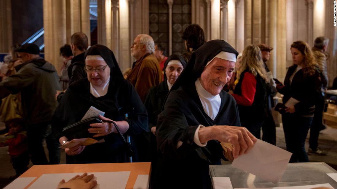 スペイン総選挙で投票する修道女たち=28日/Emilio Morenatti/AP