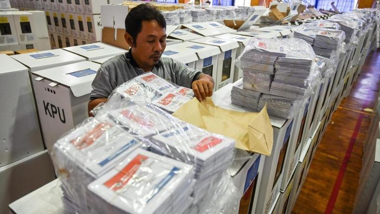 選挙に向けて投票箱などの準備を進める関係者=4月11日/BAY ISMOYO/AFP/AFP/Getty Images