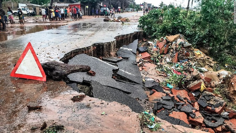 ハリケーン被害で崩壊したモザンビークの都市ペンバの道路/Stringer/AFP/Getty Images