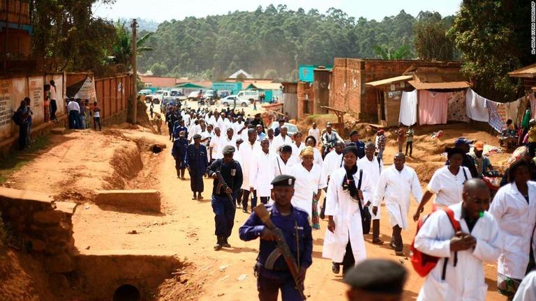 各地での襲撃事件を受けて、兵士とともに移動する医療従事者=4月、コンゴ・ビュトンボ/Al-hadji Kudra Maliro/AP