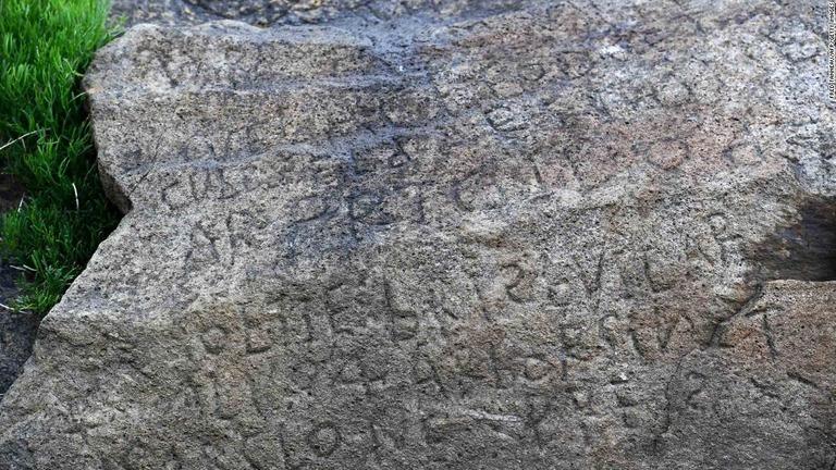 https://www.cnn.co.jp/storage/2019/05/11/c26cd96ac5d3d9d976fa68022c85d94c/t/768/432/d/03-french-village-rock-inscription-reward-super-169.jpg