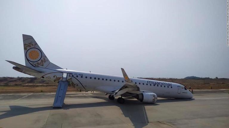 CNN.co.jp : 旅客機が前輪なしで...
