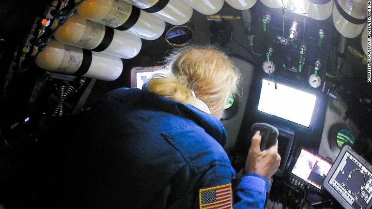 米国人の海底探検家、ビクター・ベスコボ氏が史上最深部への潜水を成し遂げた/Courtesy Discovery/Five Deeps Expedition