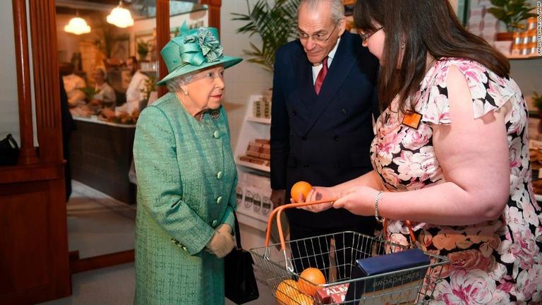 英エリザベス女王、セルフレジの使い方を視察 SNS管理者も募集