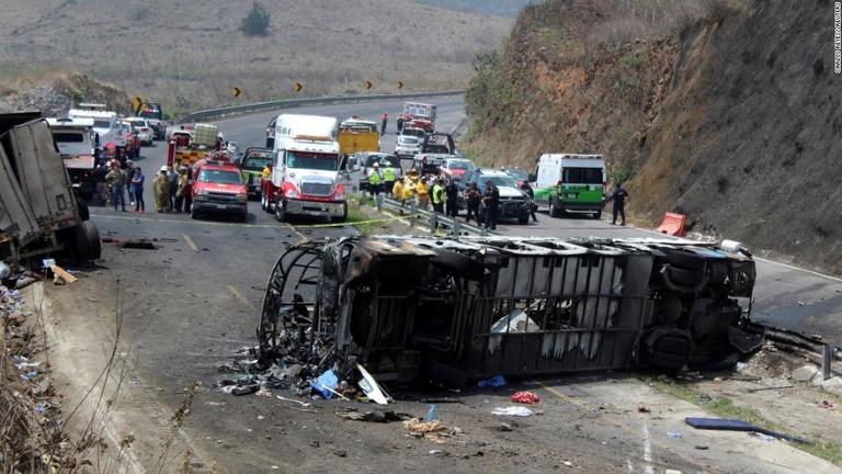 【メキシコ】バスとトラックが衝突、23人死亡 YouTube動画>1本 ->画像>8枚