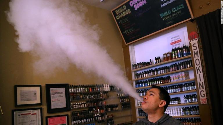 電子たばこの煙を吐き出す男性。サンフランシスコ市では事実上、電子たばこの販売が禁止となる