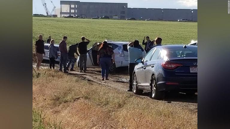 「抜け道」だったはずが、未舗装の道路のせいで100台近くの車が立ち往生する羽目に陥った/Connie Monsees/KMGH