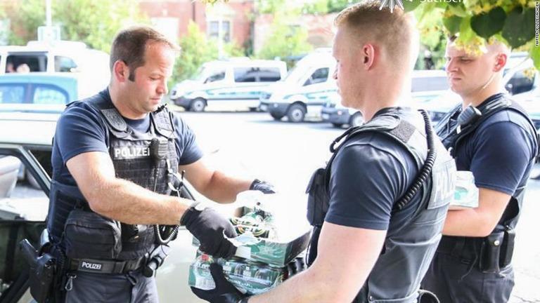 ネオナチのフェスティバル会場からビールを没収するドイツ警察/Twitter/PolizeiSachsen