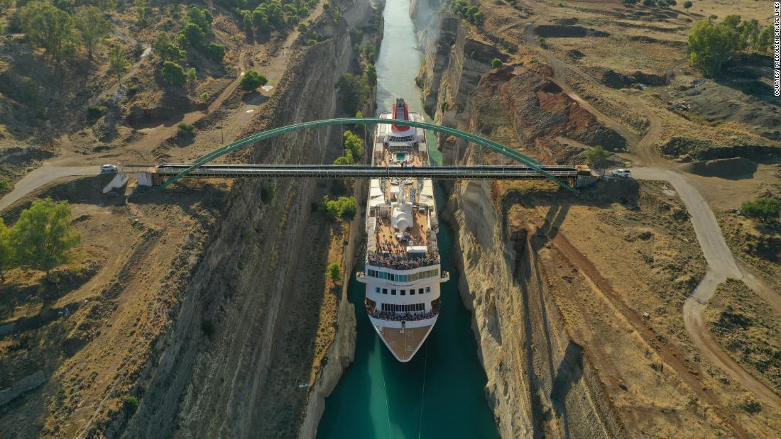 CNN.co.jp : 巨大クルーズ船、岸壁すれすれでコリントス運河を通過 ...