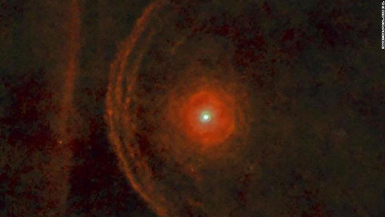 オリオン座のベテルギウスが過去数カ月で急激に明るさを失っていることが観測された/ESA/Herschel/PACS/L. Decin et al.