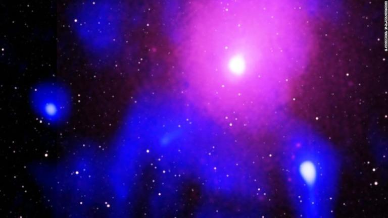 ブラックホールによるものとみられる観測史上最大規模の爆発が起きたことがわかった/S. Giacintucci, et al./NRL/CXC/NASA