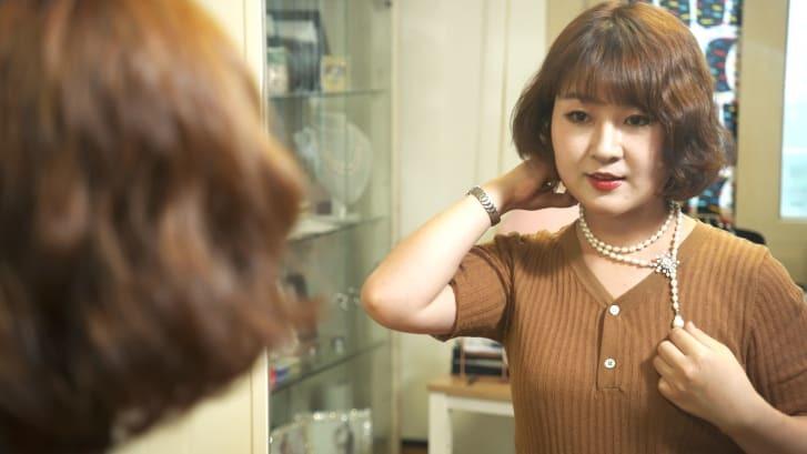 自らデザインした真珠のネックレスを身に着けるヤン・ジューさん/CNN