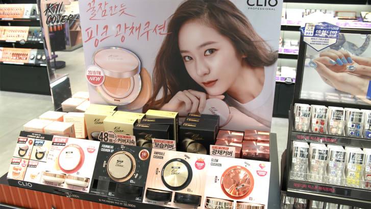 化粧品が陳列されたソウルの店舗/CNN