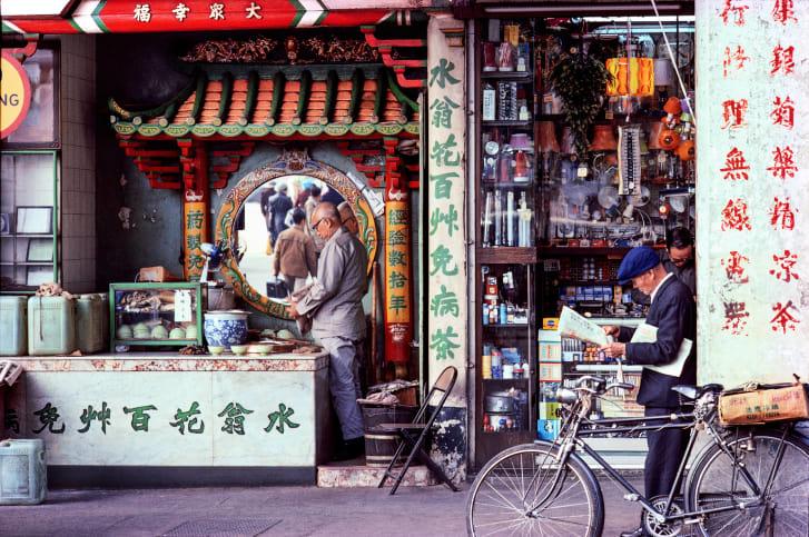 香港の上海通りにあった茶店=1982年/Courtesy Blue Lotus Gallery