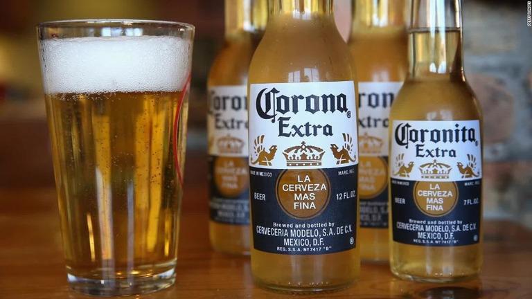 新型コロナウイルスの感染拡大を受けて、「コロナ・ビール」の生産が一時停止となった/Getty Images