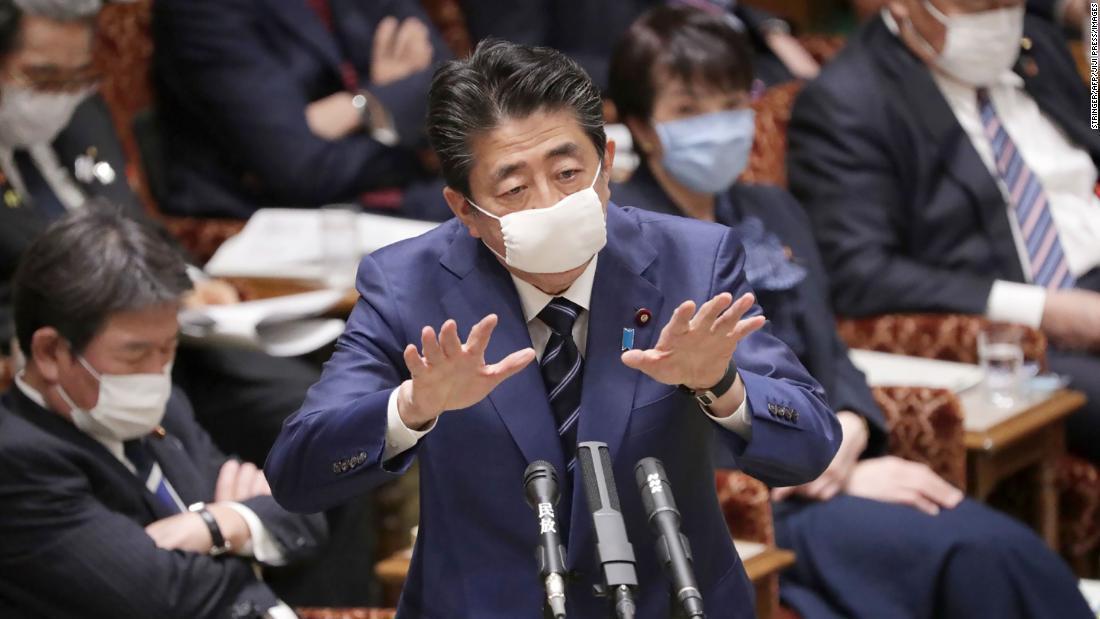 マスク姿で本会議に出席した安倍首相/Stringer/AFP/JIJI PRESS/Images