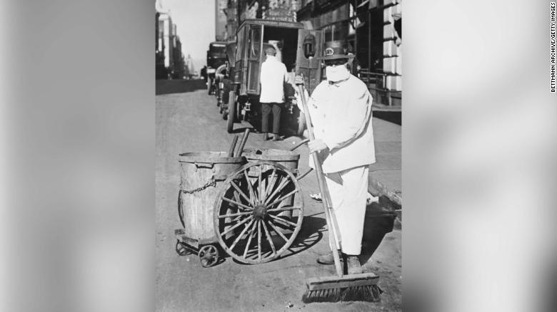ニューヨークの路上でマスクを着けて清掃を行う作業員/Bettmann Archive/Getty Images