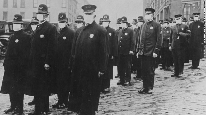 インフルエンザが流行する1918年、マスクを着けて整列するシアトルの警察官/Time Life Pictures/National Archives/Getty Images