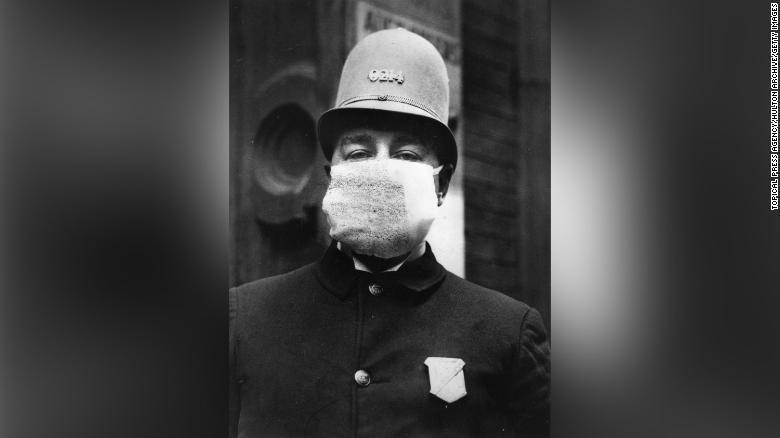 第一次大戦中、インフルエンザ予防にマスクを着ける警察官/Topical Press Agency/Hulton Archive/Getty Images