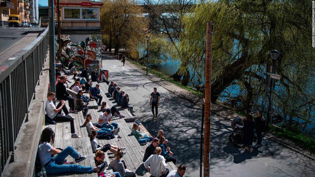 水辺の近くで春の陽気を楽しむ人々=21日、ストックホルム/JONATHAN NACKSTRAND/AFP/Getty Images