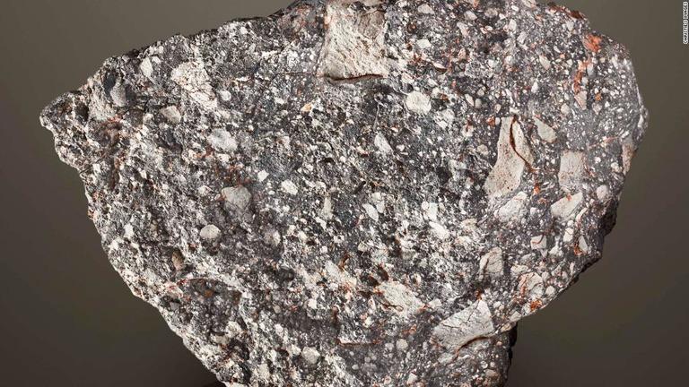 重さが約13.5キロある月隕石「NWA12691」/Christie's Images