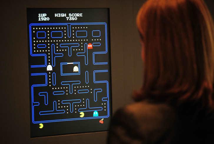 ニューヨーク近代美術館(MoMA)に展示されている「パックマン」をプレーする上級学芸員の女性/Credit: Emmanuel Dunand/AFP/Getty Images