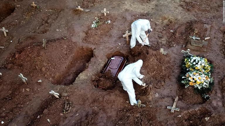 リオデジャネイロの墓地に埋葬される棺。新型コロナウイルスに感染した ...
