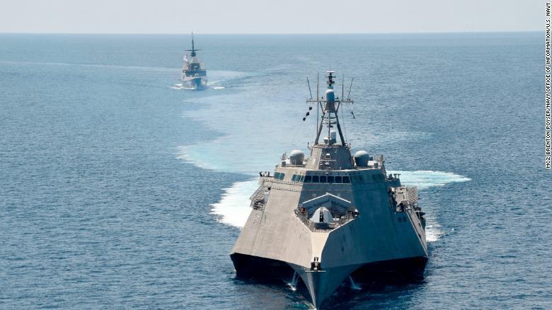 シンガポール海軍の艦船と合同演習を行う米沿海域戦闘艦(LCS)「ガブリエル・ギフォーズ」(手前)=南シナ海、2020年5月25日/MC2 Brenton Poyser/U.S. Navy