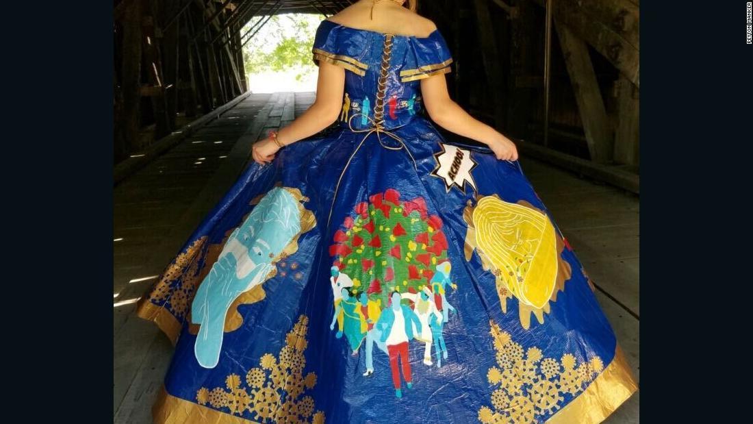 米高校生が粘着テープでドレス製作 新型コロナをテーマに