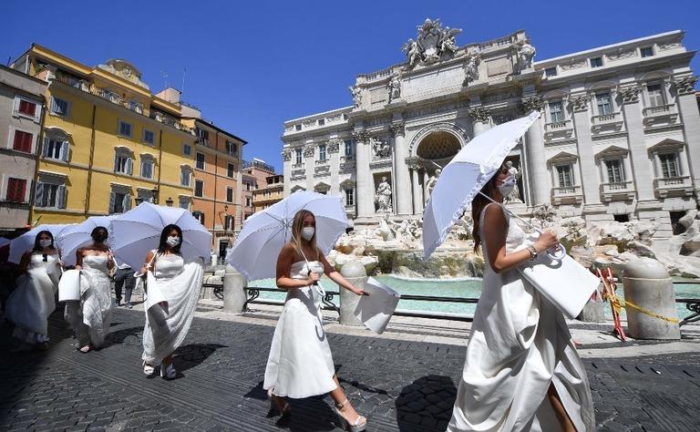 婚礼ドレス姿の女性集団、感染対策の挙式規制に抗議デモ 伊