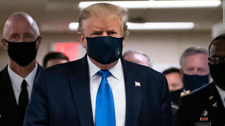トランプ米大統領、公の場で初めてマスク着用 軍病院を訪問