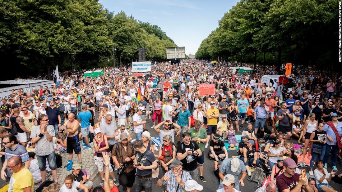 【ドイツ】 「マスクはいらない!不要!」 1万7000人が大規模デモ、コロナ対策の行動制限に抗議・・・参加者の大半マスクせず