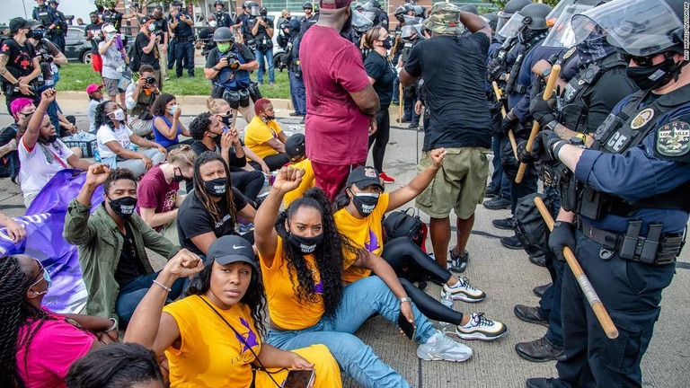 CNN.co.jp : 黒人女性射殺の捜査停滞に抗議のデモ、64人逮捕 米 ...