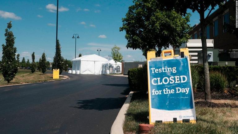 米疾病対策センター(CDC)は、新型コロナウイルスの検査について、感染者との接触歴があっても本人に症状がなければ「必ずしも受ける必要はない」とする新たな指針を示した/Matthew Hatcher/Getty Images