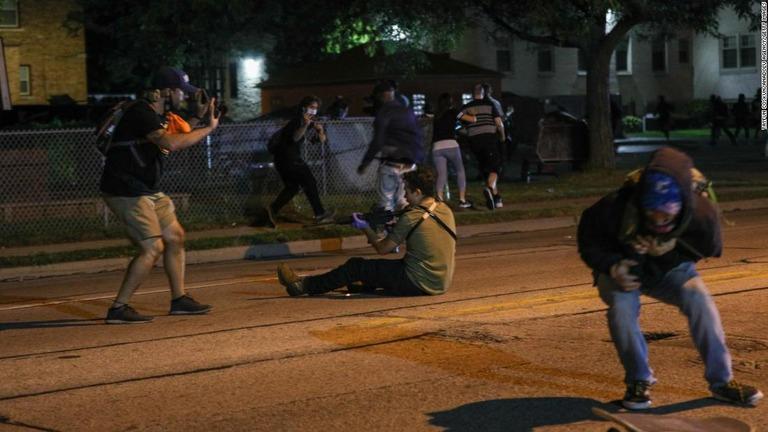 CNN.co.jp : 黒人男性銃撃の抗議デモで発砲、3人死傷 17歳少年を逮捕
