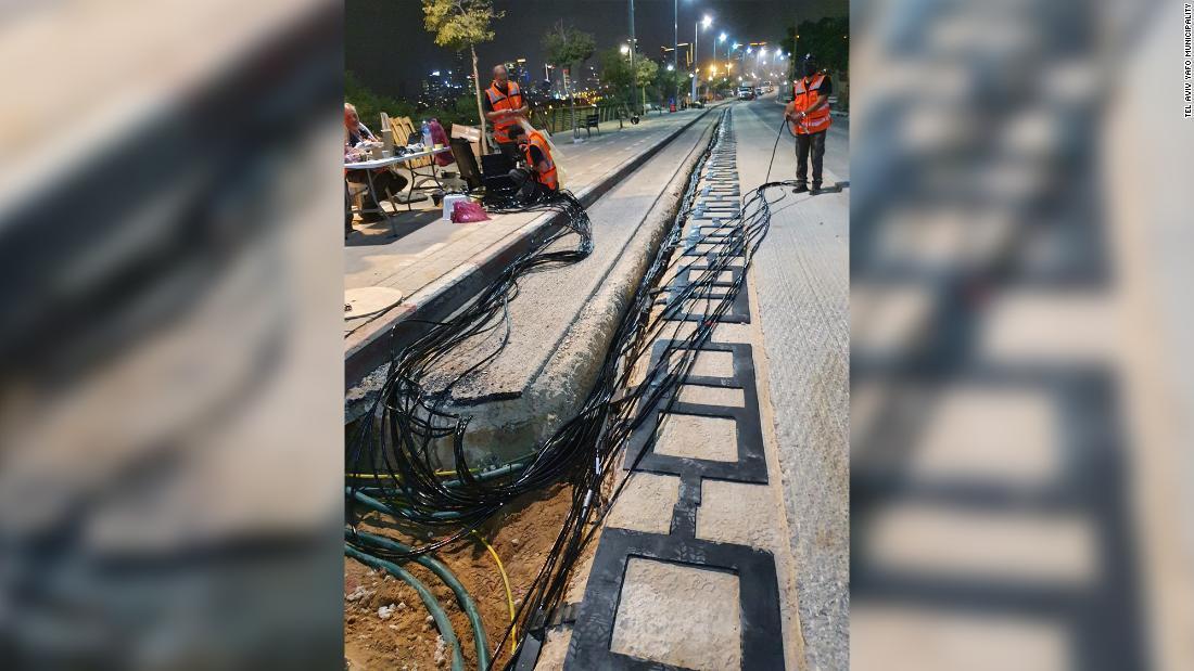 アスファルトの舗装の下に電気が走る道路の準備が進む/Tel Aviv Yafo municipality