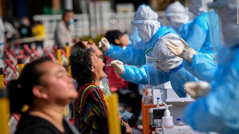 クラスターが発生した中国・青島で、約1000満人を対象にした検査が実施された/Stringer/AFP/Getty Images