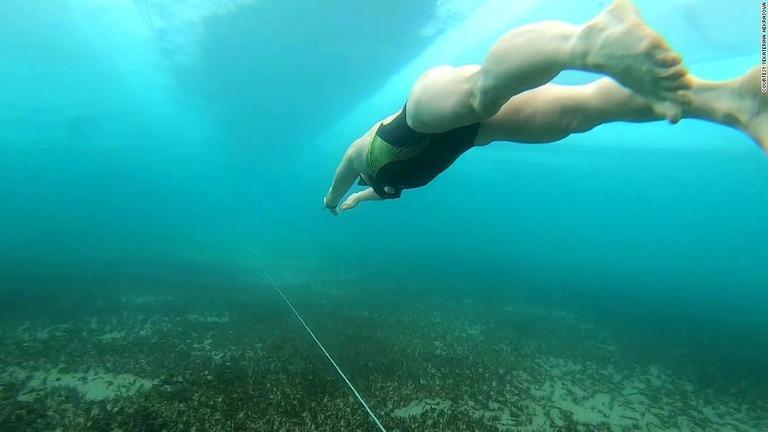 ロシアの40歳女性、バイカル湖の氷の下を85m潜水 世界記録達成か