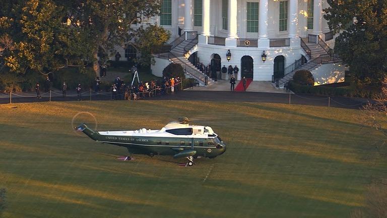 ホワイトハウスに駐機するマリーンワン/CNN