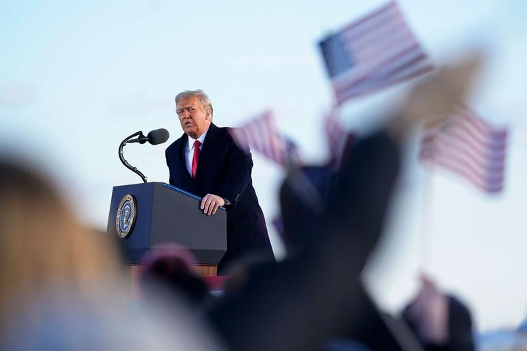 アンドルーズ空軍基地で最後の演説を行うトランプ大統領/Manuel Balce Ceneta/AP
